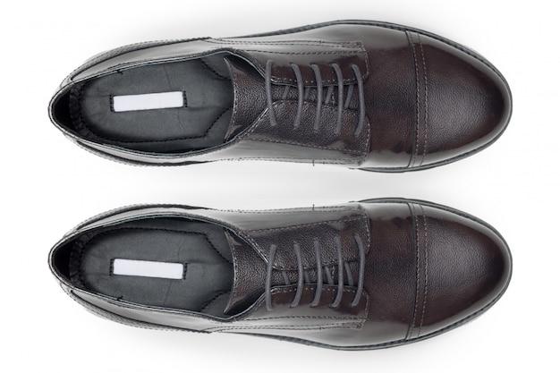 Chaussures en cuir mâles classiques isolés sur un blanc, vue de dessus.