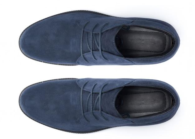 Chaussures en cuir mâles classiques isolés sur blanc, vue de dessus.