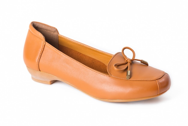 Chaussures en cuir pour femmes isolées sur blanc