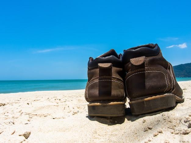 Chaussures en cuir sneaker sur la plage en thaïlande bienvenue en été saison en thaïlande