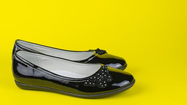 Chaussures en cuir sur une surface jaune vif
