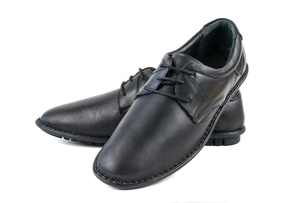 Chaussures en cuir véritable noir isolés sur une surface blanche. chaussures pour hommes classiques.