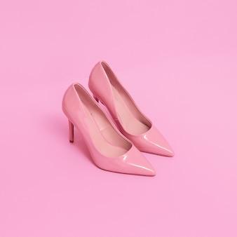 Chaussures en cuir verni rose sur fond rose. tendances couleurs pastel