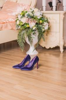 Chaussures en daim violettes. chaussures à la mode pour une soirée ou un dîner romantique. élégance et luxe pompes de velours. espace de copie.