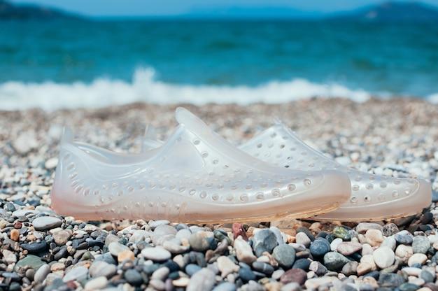 Chaussures d'eau sur la plage. concept de vacances