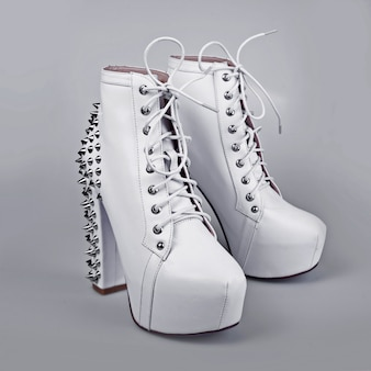 Chaussures élégantes blanches à talons hauts
