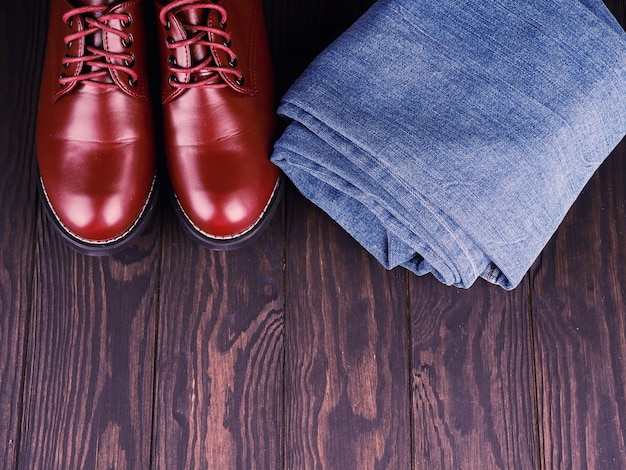 Chaussures élégantes en cuir marron pour hommes et jeans