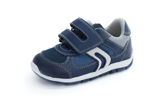 Chaussures enfants isolés sur la vue de face de fond blanc