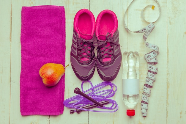Chaussures et équipements sportifs sur plancher en bois, vue de dessus