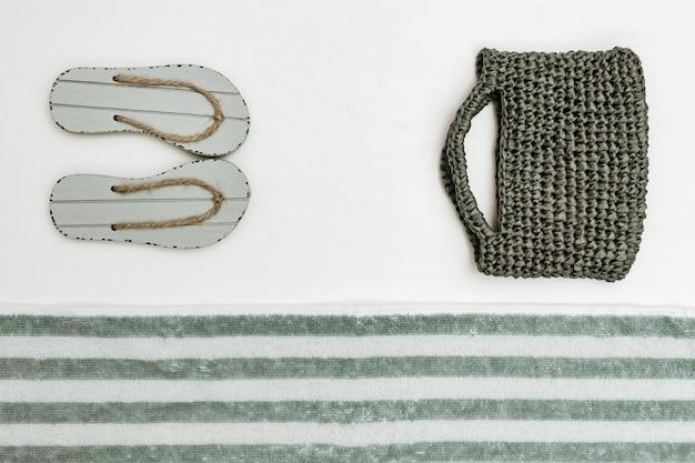 Chaussures d'été, sac pour femme, serviette éponge. plage et été.