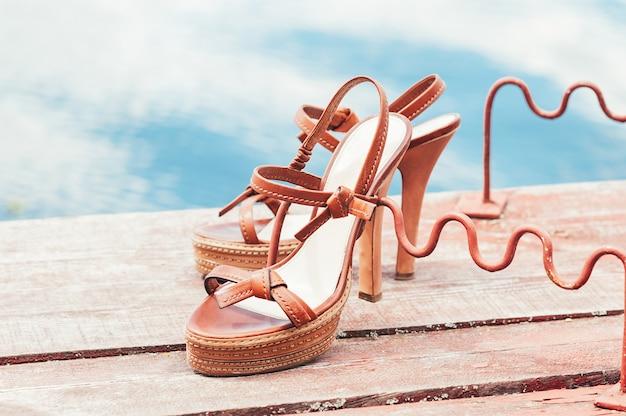 Chaussures d'été vintage à talons hauts au bord de la rivière