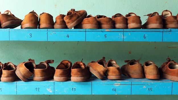 Chaussures d'étudiant sur les étagères, chaussures scout