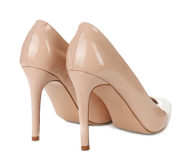 Chaussures féminines élégantes sur blanc