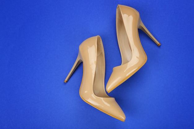 Chaussures féminines élégantes sur la couleur