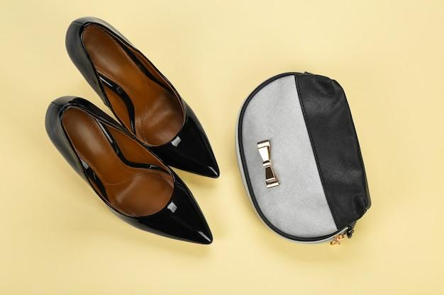 Chaussures féminines élégantes avec sac à cosmétiques sur la couleur