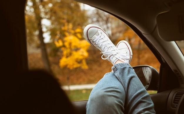 Chaussures de femme sur la fenêtre de la voiture