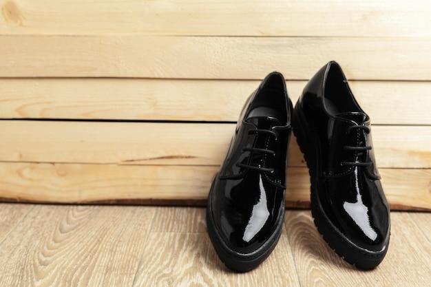 Chaussures femme sur fond de bois