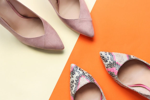 Chaussures femme, rose pâle et imprimé serpent. chaussures à talons hauts pour femmes, sur fond orange et rose
