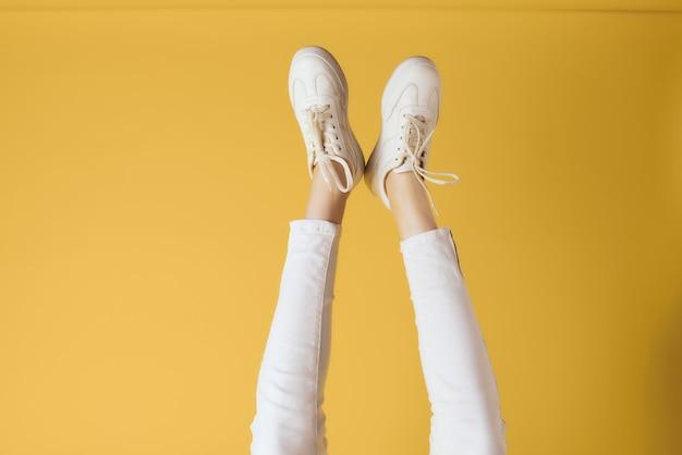 Chaussures femmes baskets mode mode de vie posant