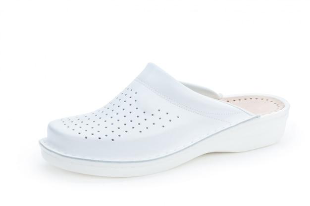 Chaussures de femmes plates uniques isolés sur fond blanc