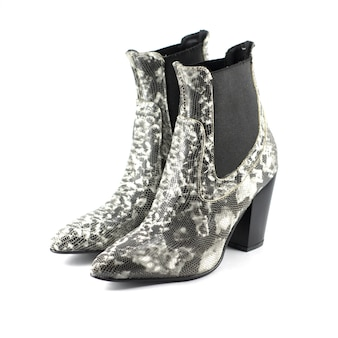 Chaussures femmes à talons hauts en cuir à motifs serpent isolés