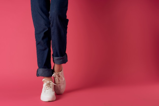 Chaussures femmes vue recadrée posant fond rose