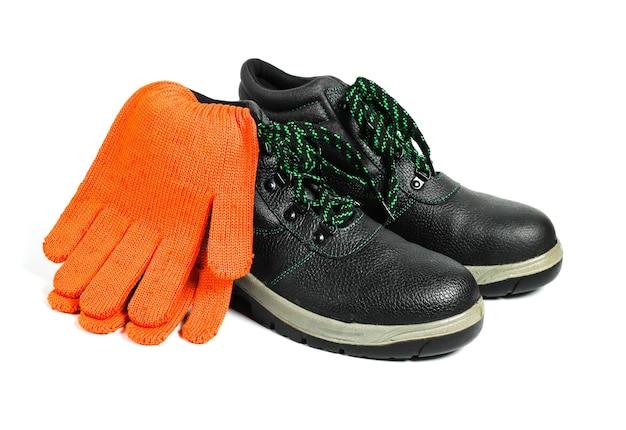 Chaussures et gants en cuir de travail isolés sur fond blanc. sécurité des travailleurs