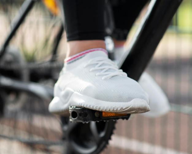 Chaussures de gros plan et pédales de vélo