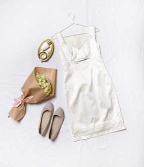 Chaussures habillées bouquet sur fond blanc tenue élégante pour femme vêtements décontractés à la mode
