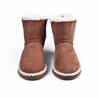 Chaussures d'hiver à la mode australienne. bottes femme en fourrure sur blanc
