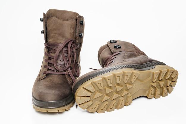 Chaussures homme en cuir marron à semelle cannelée sur fond blanc. achetez de belles chaussures modernes pour les voyages et le tourisme.