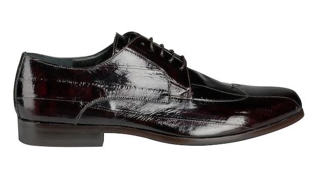 Chaussures homme en cuir verni noir isolé sur un blanc