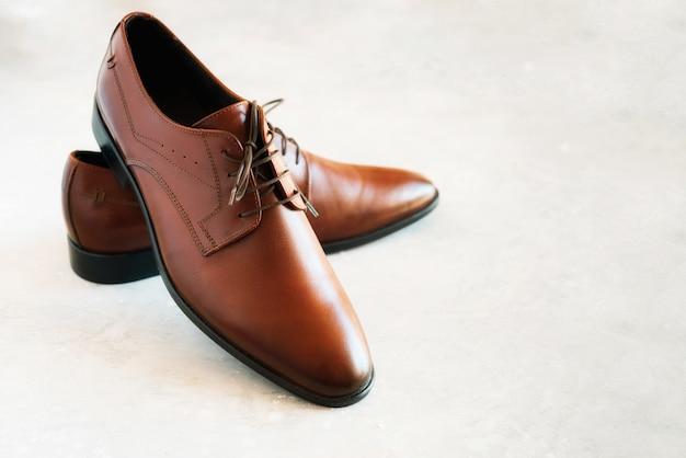 Chaussures hommes de mode élégante sur fond gris. concept de vente et de shopping.