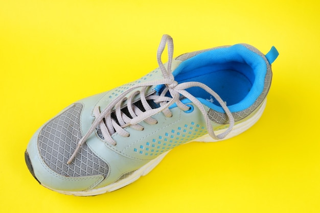 Chaussures isolées sur jaune