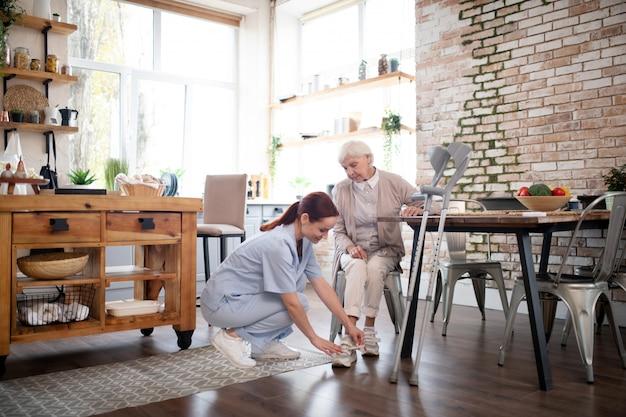 Chaussures de laçage soignantes pour femme âgée