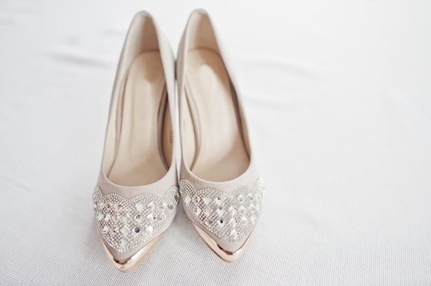 Chaussures de mariage blanches élégantes au matin de la mariée.