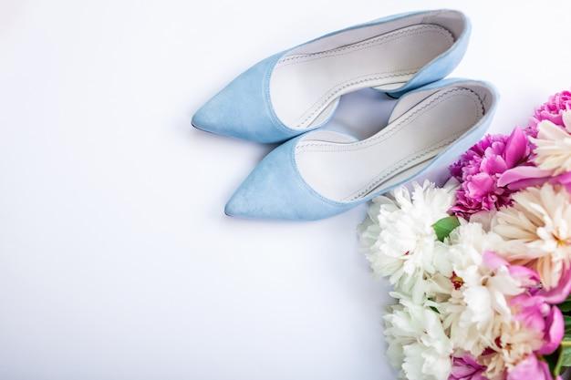 Chaussures de mariage bleu féminin avec des fleurs sur blanc