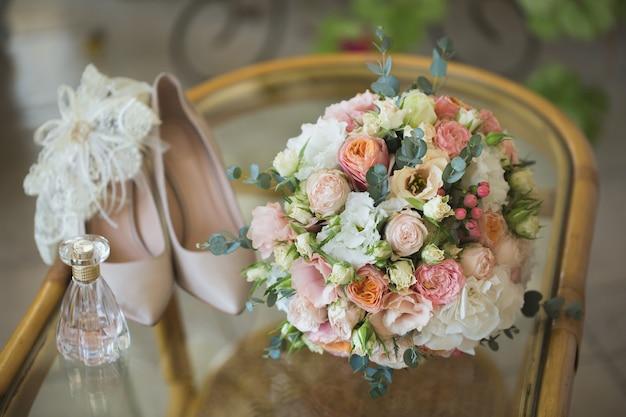 Chaussures de mariage avec bouquet de fleurs et parfum