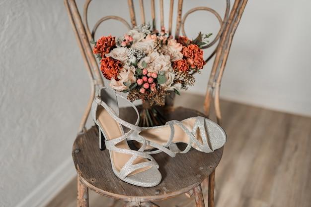 Chaussures de mariage et bouquet de mariée