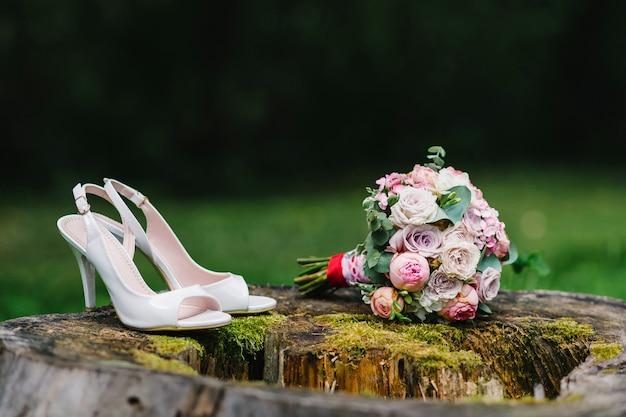 Chaussures de mariage et bouquet