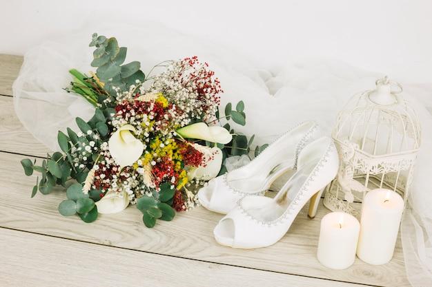Chaussures de mariage avec des fleurs