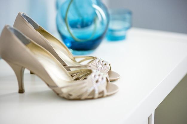 Chaussures de mariage sur leur mariage isolé dans une chambre