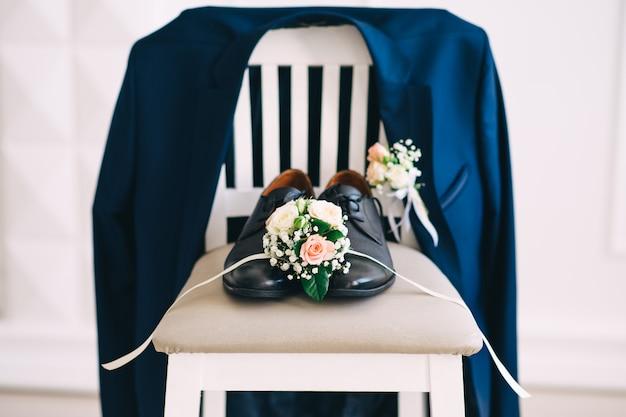 Chaussures de mariage pour hommes sur la chaise. accessoires de mariage. honoraires du marié