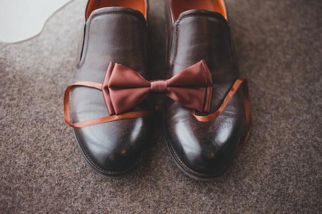 Chaussures de mariage pour hommes avec noeud papillon.