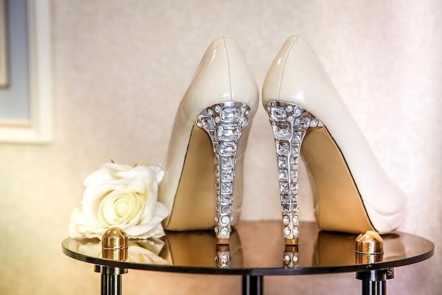 Chaussures de mariage à talons hauts ornées de bijoux en pierres