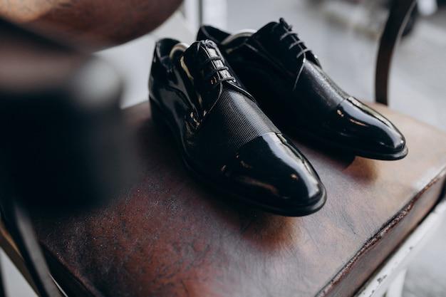 Chaussures de marié isolés
