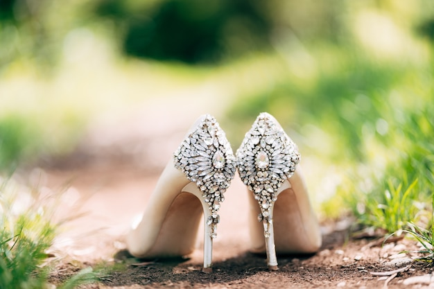 Chaussures de mariée décorées de strass debout sur le sol