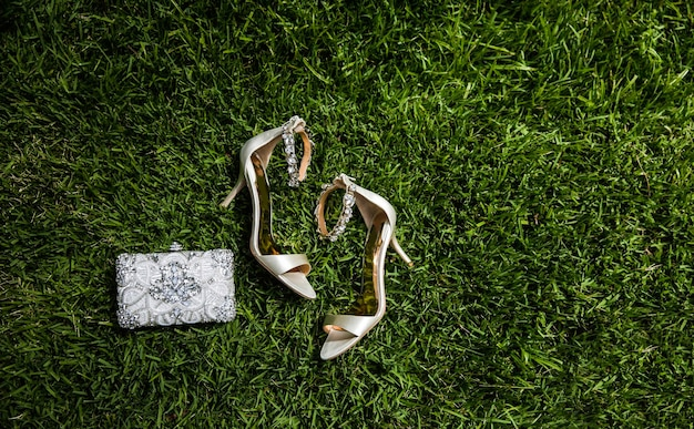 Chaussures de mariée de luxe sur l'herbe