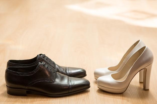 Chaussures de mariée et de marié sur parquet. fond de mariage