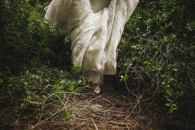 Chaussures de mariée sur son mariage portant sur les pieds de la mariée